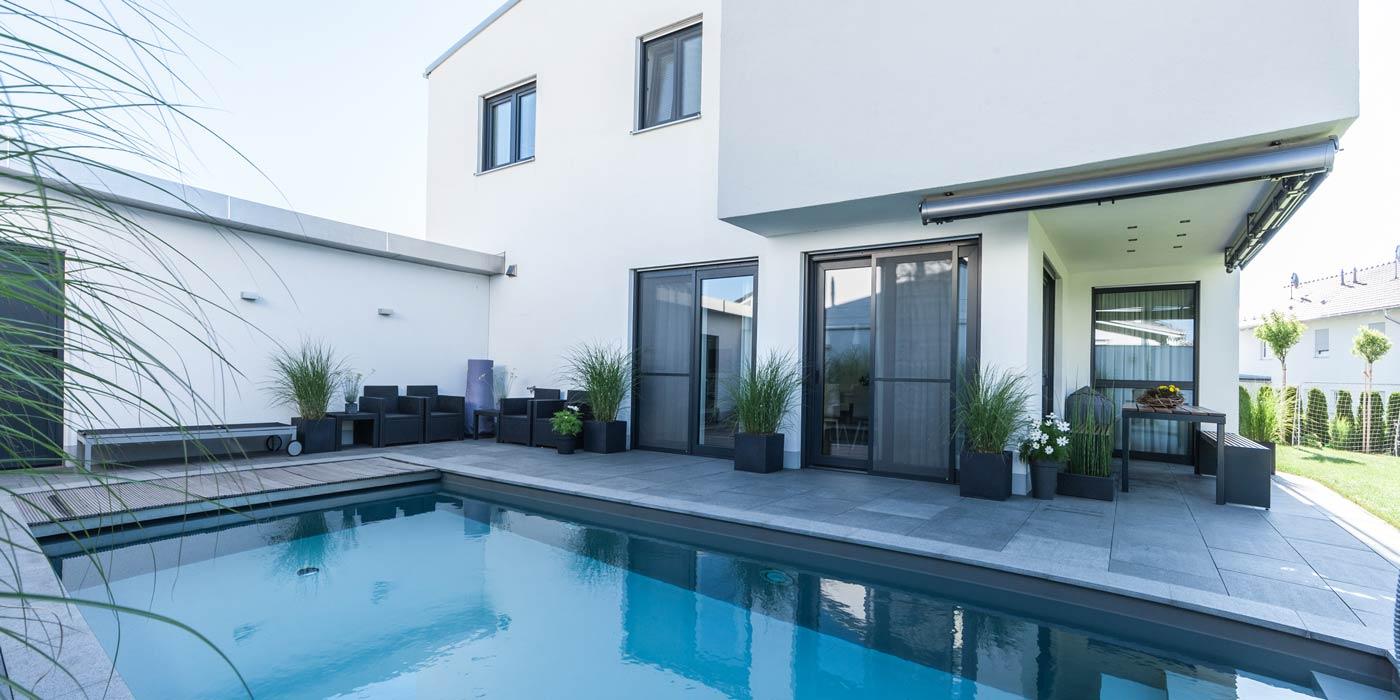 Einfamilienhaus mit pool  MERLI BAU | BAU für's Leben | Modernes Einfamilienhaus mit Pool ...